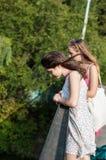 Twee meisjes op de brug Stock Foto
