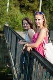 Twee meisjes op de brug Royalty-vrije Stock Afbeeldingen
