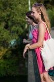 Twee meisjes op de brug Royalty-vrije Stock Fotografie