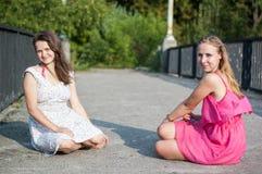 Twee meisjes op de brug Stock Foto's
