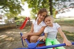 Twee meisjes op de carrousel Royalty-vrije Stock Foto's