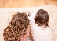 Twee meisjes op de vloer Stock Afbeeldingen