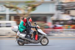 Twee meisjes op een autoped met mond GLB, Yiwu, China Royalty-vrije Stock Afbeeldingen