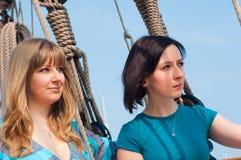 Twee meisjes op een boot Royalty-vrije Stock Afbeeldingen