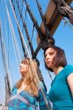 Twee meisjes op een boot stock fotografie