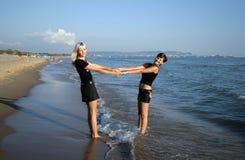 Twee meisjes op een strand Stock Afbeeldingen