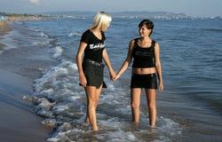 Twee meisjes op een strand Royalty-vrije Stock Afbeeldingen