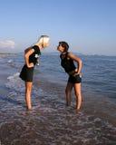 Twee meisjes op een strand Stock Afbeelding