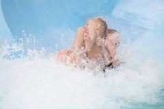 Twee meisjes op een waterslide Stock Afbeelding
