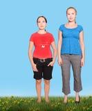 Twee meisjes op een weide stock foto's