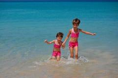 Twee meisjes op het strand Royalty-vrije Stock Fotografie
