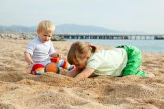 Twee meisjes op strand Stock Afbeeldingen