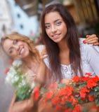Twee meisjes in openlucht Stock Foto