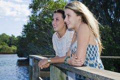Twee meisjes in openlucht door de kreek Royalty-vrije Stock Fotografie