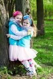 Twee meisjes in park in de lente stock fotografie