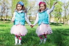 Twee meisjes in park in de lente stock afbeelding