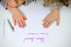 Twee meisjes schrijven een brief aan Santa Claus royalty-vrije stock foto's