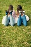 Twee meisjes schrijven in mobiele telefoons royalty-vrije stock fotografie
