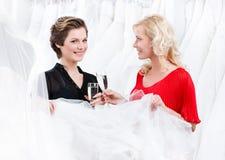 Twee meisjes selebrate een uitstekende keus Royalty-vrije Stock Afbeelding