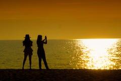 Twee meisjes silhouetteren Royalty-vrije Stock Foto's