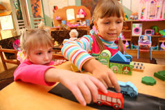 Twee meisjes in speelkamer stock fotografie
