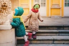 Twee meisjes spelen bij het paleis Stock Foto's