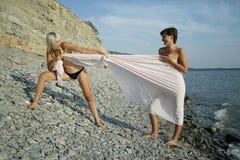 Twee meisjes spelen witn stof Royalty-vrije Stock Foto