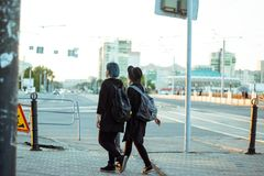 Twee meisjes in stad royalty-vrije stock foto's