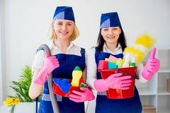 Twee meisjes van de schoonmakende dienst stock fotografie