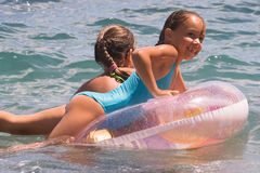 Twee meisjes van tienerbad in een overzees (2) Royalty-vrije Stock Afbeelding