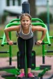 Twee meisjes voeren in openlucht gymnastiek- oefeningen uit Sport stock foto's