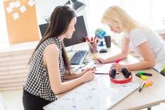 Twee meisjes werken in het bureau stock foto