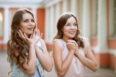 Twee meisjes zijn zeer verrast Stock Foto's