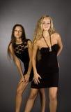 Twee meisjes in zwarte kleding Royalty-vrije Stock Foto's