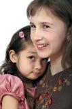 Twee meisjesgelach en belediging Stock Fotografie