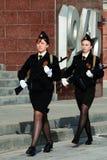 Twee meisjeskadetten met wapens royalty-vrije stock foto
