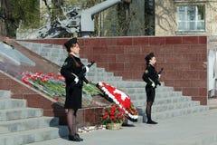 Twee meisjeskadetten met wapens Stock Foto's