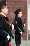 Twee meisjeskadetten met wapens Royalty-vrije Stock Foto's