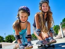 Twee meisjesritten op het skateboard royalty-vrije stock foto