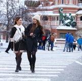 Twee meisjestoeristen worden gefotografeerd in Moskou (Rusland) stock afbeeldingen