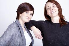 Twee meisjesvrienden die pret en omhelzing hebben stock fotografie