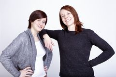 Twee meisjesvrienden die pret en omhelzing hebben royalty-vrije stock afbeelding