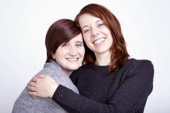 Twee meisjesvrienden die pret en omhelzing hebben royalty-vrije stock foto's