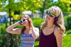 Twee meisjesvrienden die pret hebben Royalty-vrije Stock Afbeeldingen