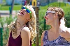 Twee meisjesvrienden die pret hebben Stock Afbeeldingen