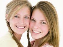 Twee meisjesvrienden die samen glimlachen Royalty-vrije Stock Foto