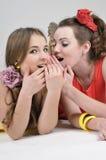 Twee meisjesvrienden het roddelen Stock Foto's