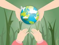 Twee menselijke handen die bol en meisjeshand houden die op de bol met wereldkaart wachten van wolkenachtergrond Stock Afbeeldingen