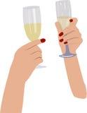 Twee menselijke handen met glazen mousserende wijn Stock Afbeelding