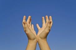 Twee Menselijke Handen op een Duidelijke Hemel Stock Foto's